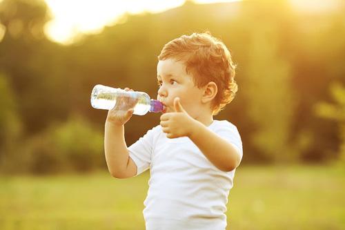 Uống đủ nước là rất quan trọng trong việc giữ gìn sức khỏe, cả về thể chất lẫn tinh thần. Tuy nhiên, bạn cần lưu tâm về lượng nước nạp vào cơ thể mỗi ngày. Kể cả nước, quá nhiều cũng không tốt.