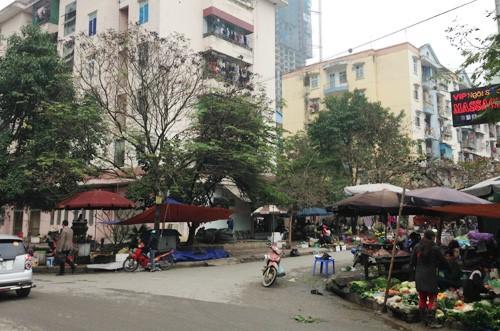 Chợ dân sinh tự phát dưới chân các tòa chung cư (Ảnh VNN).