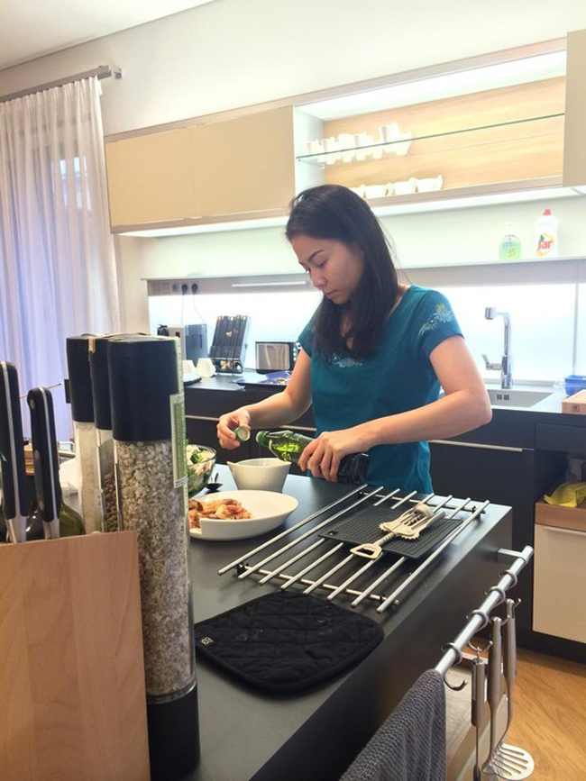Qua hình ảnh cho thấy căn nhà được bài trí nền nã, sang trọng và Thu Minh đang nấu nướng trong khu bếp hiện đại.