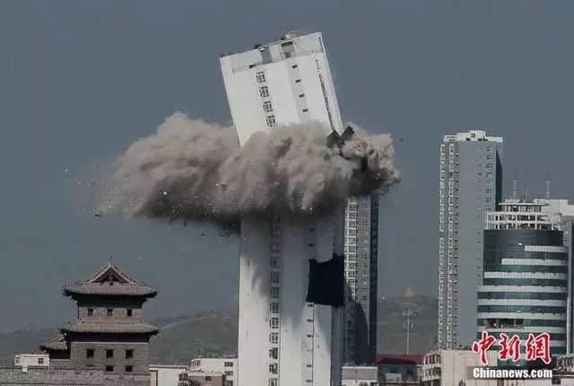 Tòa nhà cao 90m bỗng thành đống đổ nát chỉ sau vài giây