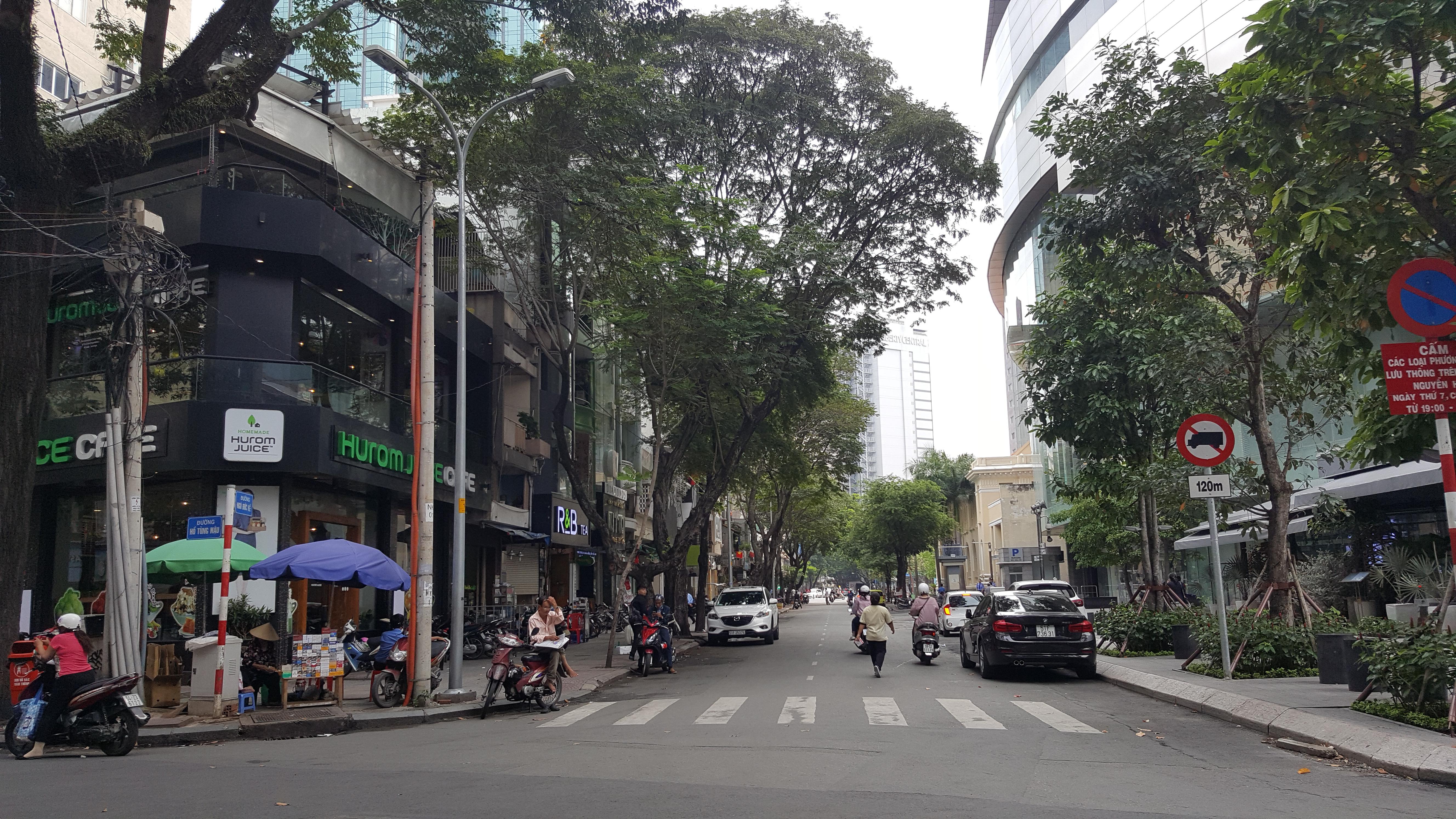 Góc đường Ngô Đức Kế, nằm cạnh là toà tháp cao nhất TP.HCM Bitexco Financial Tower