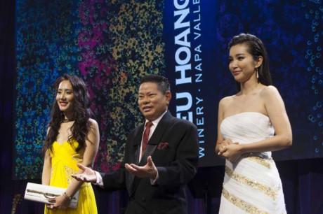 Hoàng Kiều bên Lý Băng Băng (váy trắng) và một phụ nữ mà theo Napavalley là vợ của tỷ phú Hoàng Kiều tại sự kiện khai trương Kieu Hoang Winery năm 2014. Ảnh: Napavalley.