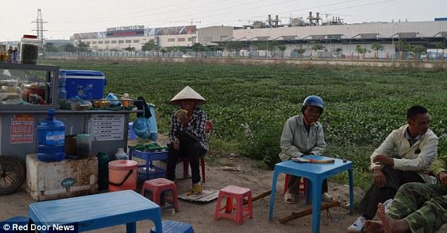 Công nhân ở đây cho biết những quả pin được sản xuất và đóng gói tại nhà máy Samsung SDI. Ảnh: người dân địa phương tại khu chợ gần nhà máy Samsung.
