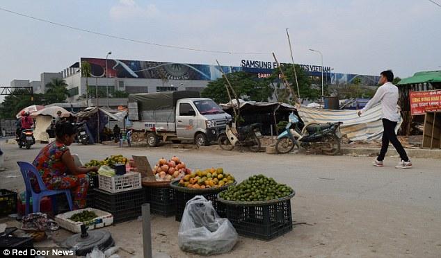 Chỉ tính riêng Bắc Ninh, hơn 2.000 nhà nghỉ, nhà hàng mọc lên từ năm 2011 đến năm 2015 nhờ sự xuất hiện của Samsung. Ảnh: Quầy bán hoa quả gần khu tổ hợp Samsung.