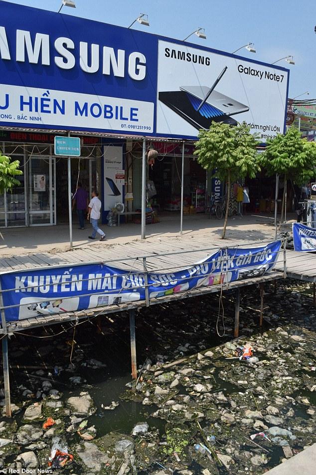 Cừa hàng và quán ăn đối diện tổ hợp Samsung Bắc Ninh.