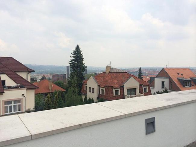 Ngôi biệt thự có ban công nhìn ra thủ đô Praha của Séc.