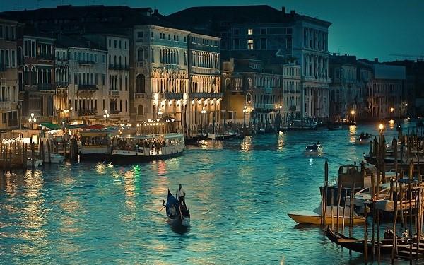 Venice, Ý: Thành phố trên mặt nước Venice được xây dựng trên118 các hòn đảo nhỏ phân bố bởi một mạng lưới kênh rạch rộng lớn. Nằm trên Vũng ven biển thuộc thành phố Vơ-ni-đơ, sự đặc biệt ấy khiến nơi đây trở nên độc nhất.