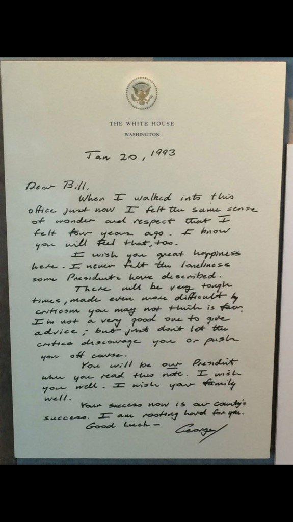 Bức thư cựu Tổng thống Bush gửi người kế vị cựu Tổng thống Bill Clinton được lưu trữ trong thư viện của ông Bill Clinton.