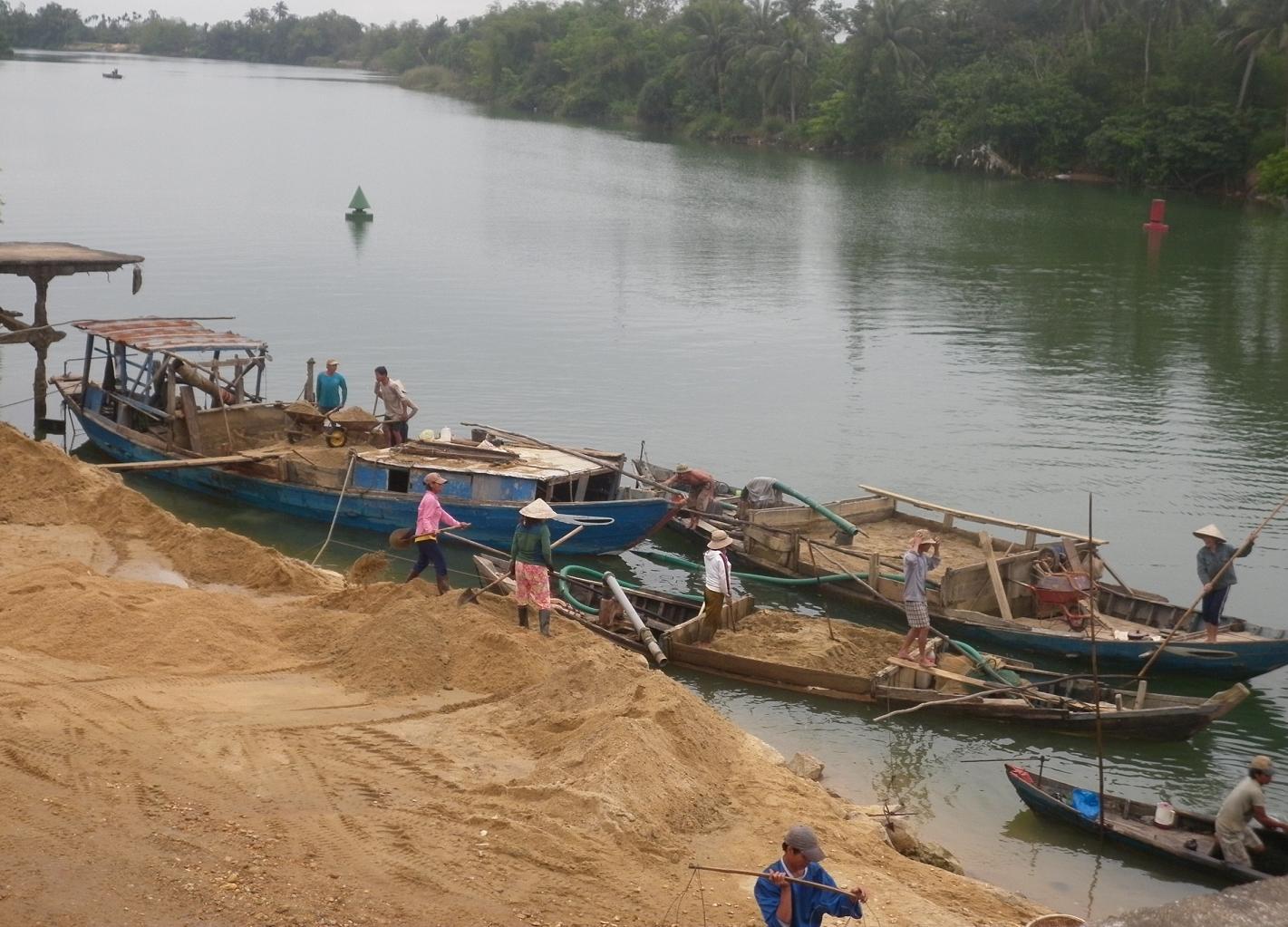 Khai thác cát trái phép: Chính quyền đùn đẩy trách nhiệm