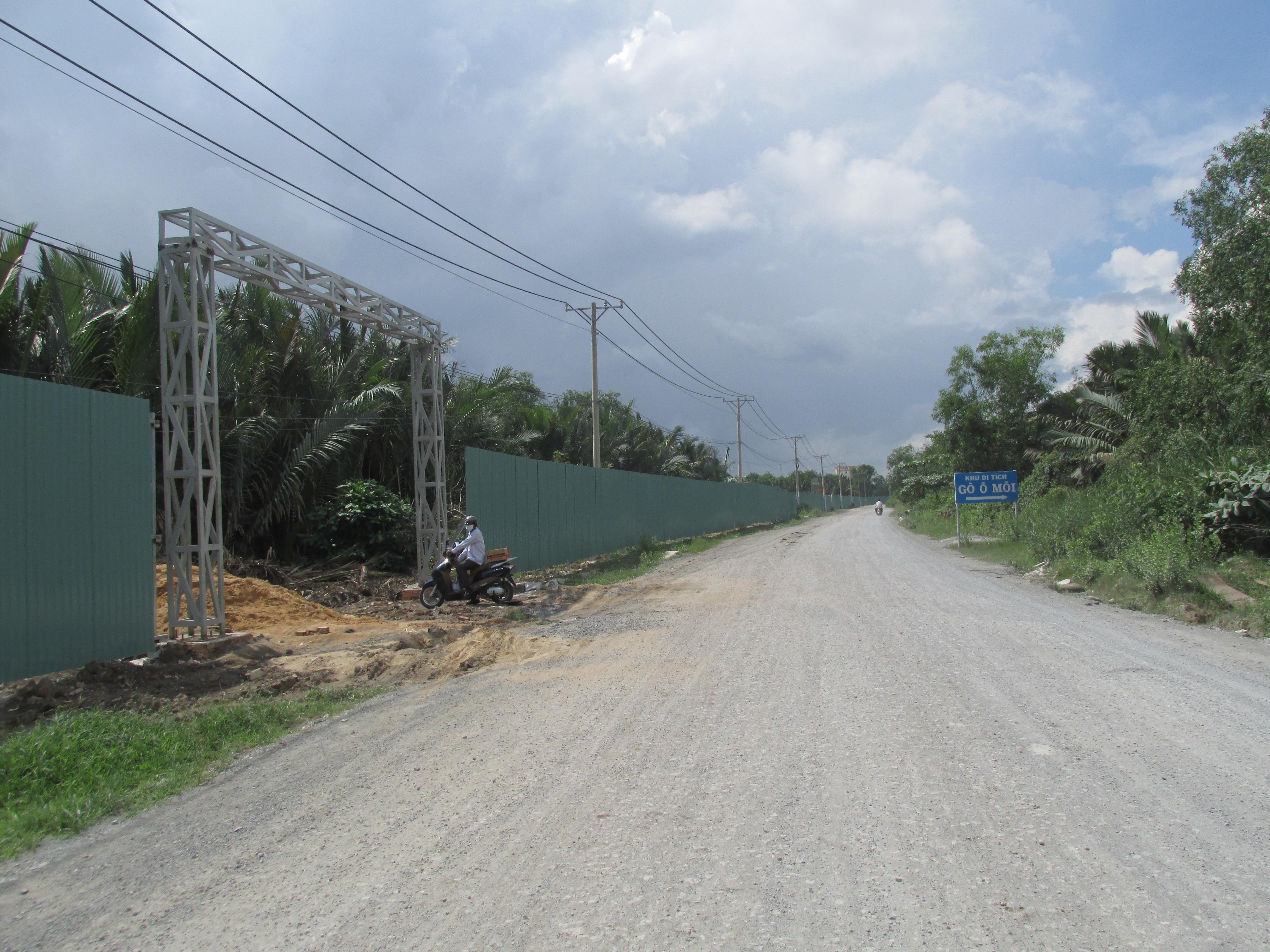 Lối chính dẫn vào khu vực dự án. Theo nhiều người dân nơi đây, trong vài tháng từ đầu năm đến nay, ngày nào cũng có hàng đoàn xe tải chở vật liệu xây dựng tập kết tại dự án.