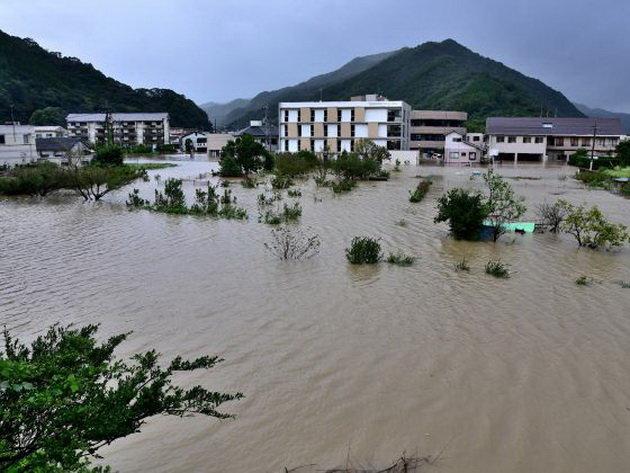 Một khu dân cư ở Nobeoka, tỉnh Miyazaki bị ngập - Ảnh: AFP
