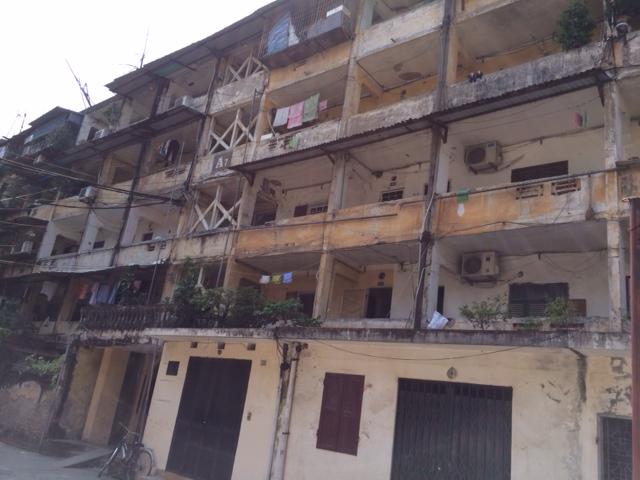 Trước sự xuống cấp nguy hiểm của chung cư này, 35/58 hộ dân đã bỏ chạy bằng cách bán nhà và cho thuê để chuyển đến nơi khác sinh sống an toàn hơn.