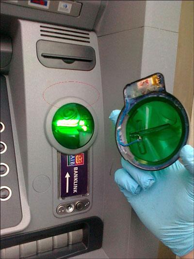 Các skimmer thường được gắn lén vào phía sau khe đọc thẻ của máy ATM Ảnh: Kaspersky
