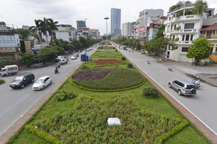 Duy trì cây xanh thảm cỏ trên tuyến đường Văn Cao - Liễu Giai - Nguyễn Chí Thanh, thành phố đã phải chi cho nhà thầu 26 tỉ đồng/năm. Đây là một trong những tuyến đường hiện đại, đẹp nhất thủ đô hiện nay.