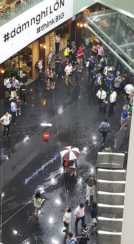 Hành khách đi trong tòa nhà Bitexco vẫn bị mưa ướt
