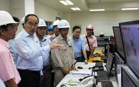 Chủ tịch Ủy ban TW MTTQ Việt Nam Nguyễn Thiện Nhân thực hiện giám sát môi trường tại Nhà máy nhiệt điện Duyên Hải.