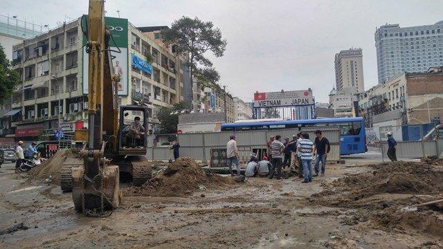 Hiện trường vụ xì bể ống D1200 mm Lê Lợi khiến hàng chục nghìn hộ ở trung tâm Sài Gòn bị cúp nước