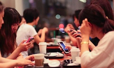TSKH Đoàn Hương cho rằng, giới trẻ hiện nay dành quá nhiều thời gian để lướt facebook (Ảnh mang tính chất minh họa)