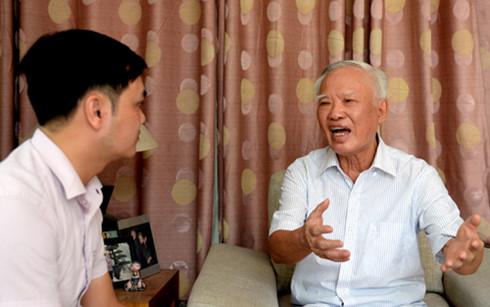 Ông Vũ Khoan (bên phải) trả lời phỏng vấn của phóng viên VOV (Ảnh: Bình Minh/VOV.VN)