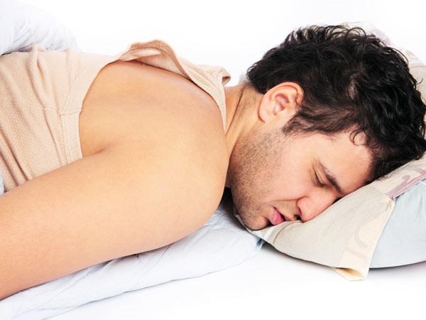 Say rượu có thể ảnh hưởng tiêu cực đến giấc ngủ, khiến bạn ngủ không sâu giấc, cơ thể mệt mỏi, uể oải. Ảnh: Boldsky.