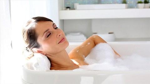 Tránh sử dụng nước quá nóng khi bạn chuẩn bị tắm (Ảnh minh họa: Internet)
