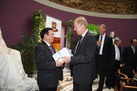 Ông Nguyễn Văn Việt (trái) khi còn làm TGĐ Habeco và đại diện của Tập đoàn Carlsberg tại Đan Mạch.