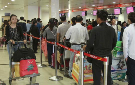 Sân bay quốc tế Tân Sơn Nhất hiện trong tình trạng quá tải với khu vực làm thủ tục check in luôn đông hành khách - Ảnh: Hoàng Triều