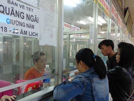 Hành khách mua vé xe đi tết Đinh Dậu tại Bến xe Miền Đông ngày 11-12. Ảnh: LĐ