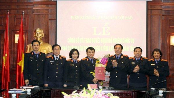 Phó Viện trưởng Thường trực VKSNDTC trao quyết định bổ nhiệm Phó Chánh Văn phòng VKSNDTC.
