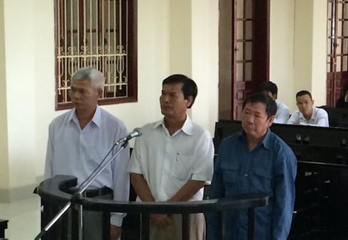 Các bị cáo tại phiên toà, bị cáo Bình (áo xanh).