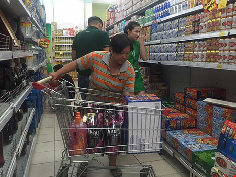 Chưa vào cao điểm mua sắm nhưng giá một số loại bia đã tăng. Trong ảnh: Khách hàng đang mua bia tại siêu thị. Ảnh: TÚ UYÊN