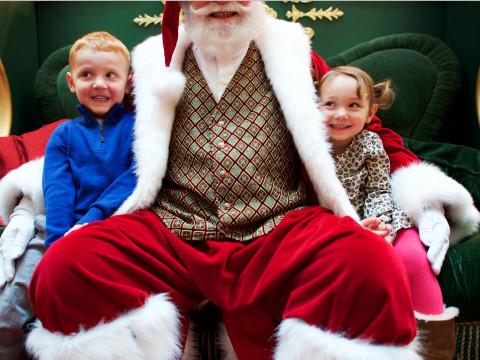 Ông già Noel trong các trung tâm thương mại rất hút khách, đặc biệt là trẻ em