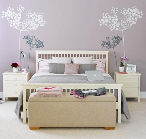 Vẽ hình trang trí hoa cỏ là cách vô cùng sáng tạo khiến đầu giường trở nên vô cùng lãng mạn.