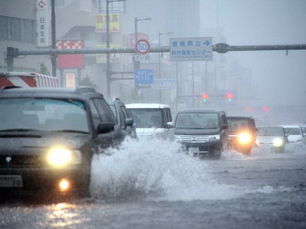 Đường phố ở tỉnh Tokushima bị ngập sau bão - Ảnh: AFP