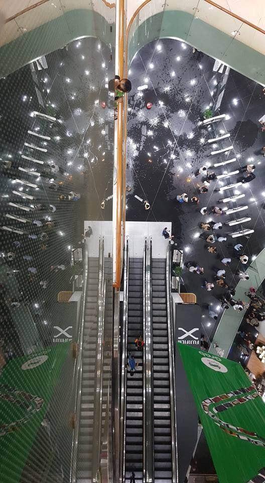 Khu vực nước dột ngay chính cầu thang giữa tòa nhà Bitexco