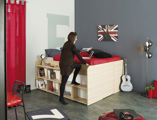 Chỉ chiếm diện tích 3,3m2, mẫu giường này sẽ là sự lựa chọn lý tưởng cho nhà bạn. Những bậc thang bước lên giường được thiết kế kết hợp với giá đựng sách và đồ trang trí.