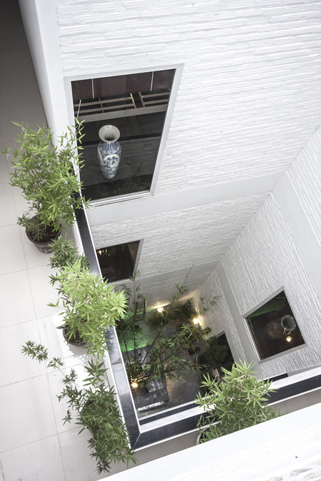 Thường người ta thường bố trí giếng trời cho các khu vực không tiếp xúc với mặt ngoài nhà như cầu thang, vệ sinh, hoặc phòng ngủ. Khu vực tầng 1 có thể cải tạo thành một khu vườn nhỏ, các tầng trên có đặt những chậu cây cảnh xung quanh.