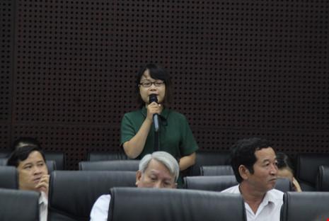 Chị Ngô Lê Uyên Ly được cử đi học cử nhân địa lý quy hoạch ở Anh, bày tỏ sự băn khoăn của mình. Ảnh: LÊ PHI.