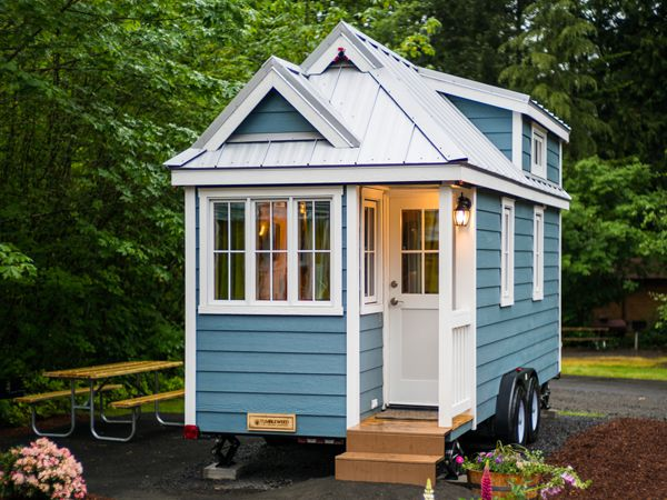 Ngôi nhà nhỏ xinh xắn 15.7m2 nằm giữa không gian tràn ngập cỏ cây hoa lá.