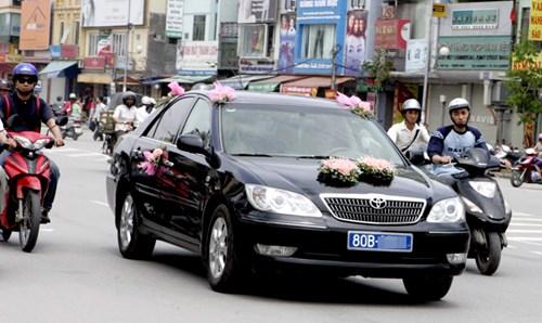 Xe công bị sử dụng làm xe đưa dâu. Ảnh: Hồng Vĩnh.