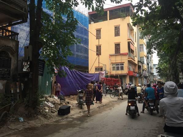 Tuyến phố Giáp Nhị hẹp nên đơn vị thi công tiến hành đổ bê tông vào ban đêm, hạn chế ảnh hưởng đến giao thông và sinh hoạt của người dân trong khu vực.