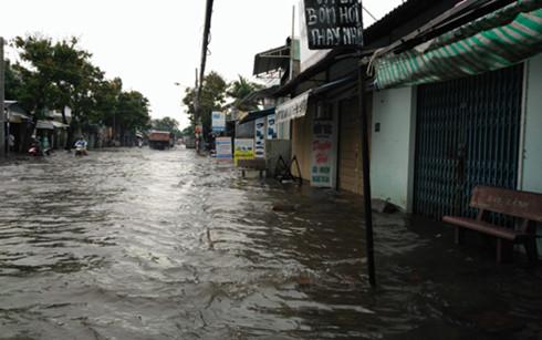 Mưa lớn gây ngập đường