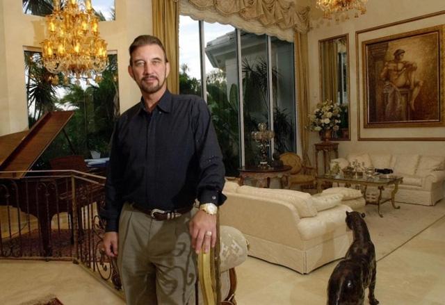 Edwards trong căn nhà triệu USD của mình khi mới trúng giải.
