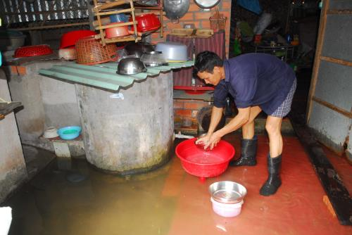 Nước ngập bủa vây nhiều hộ dân tại ấp Chánh (xã Tân Thông Hội, huyện Củ Chi) khiến cuộc sống, sinh hoạt và làm ăn gặp nhiều khó khăn. Ảnh: Mạnh Linh-TTXVN