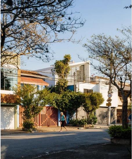 Ngôi nhà trắng gây sự chú ý đặc biệt bởi thiết kế lạ mắt với mái dốc cùng những ô cửa kính hướng ra ngoài.