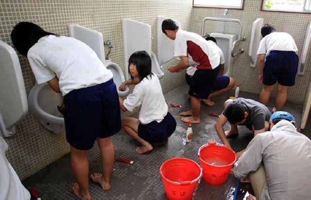 Hình ảnh học sinh Nhật Bản tự lau dọn nhà vệ sinh ở trường.