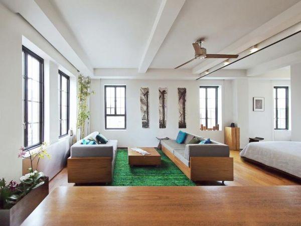 Chỉ hơn 60m2 nhưng mọi không gian chức năng trong căn hộ đều vô cùng rộng thoáng. Toàn bộ khu vực sàn nhà cũng như phần lớn đồ nội thất trong nhà đều được làm từ gỗ.