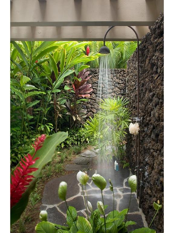 Một phòng tắm được thiết kế đơn giản, bao trùm bởi màu xanh của cây cối tạo cảm giác thư thái.