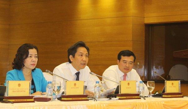 Thứ trưởng Bộ Nội vụ Trần Anh Tuấn (giữa) tại cuộc họp báo Chính phủ chiều nay. Ảnh: H.Nhì