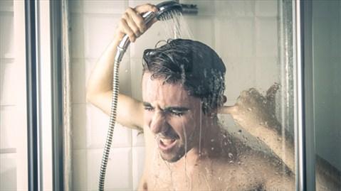 Giảm thời gian tắm bằng nước nóng là một ý tưởng sáng suốt (Ảnh minh họa: Internet)